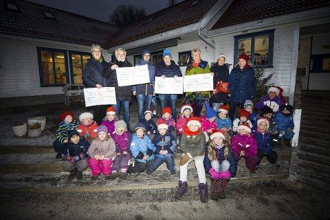Store sjekker: Bak fra venstre: Gyda Hansen (Frelsesarmeen), Karl Petter Nylén (Kiwanis), Harald Lindstøl, Flemming Knutsen (Tjenna Vel), Helga Arntzen (Sutukobas venner), Ellen Heidi Flaten Sunde og Trude Aasbø.