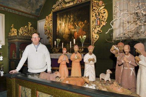 ØNSKER VELKOMMEN: Risør kirke er julepyntet, og sokneprest Rune Rasmussen ønsker alle velkommen til julegudstjeneste. Det er gudstjenester i alle fire kirkene i Risør og Gjerstad julaften.