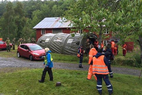RUNDT 90: Nærmere nitti personer hjelper til i søket tirsdag.