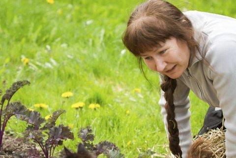 HAGEENTUSIAST: Helen Fredholm trives godt når hun får drive i hagen, og deler villig av  sine beste tips.