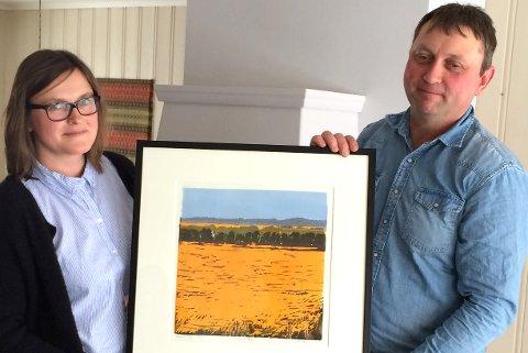 VINNERNE FRA VESTØL: Ekteparet Ellen Marie (t.v.) og Gunstein Dalen fikk Kulturlandskapsprisen for Aust-Agder 2016. Prisen ble delt ut av Fylkesmannen denne uka.