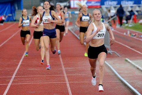 LØP INN TIL SEIER: Anne Hjorth Arntsen vant 800 meteren i 16-årsklassen.