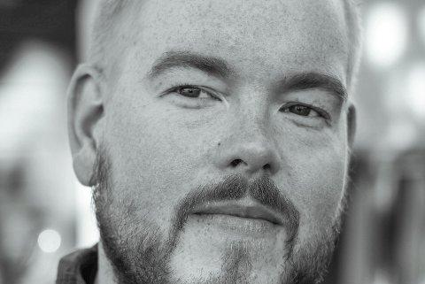 PÅ GJERSTAD-BESØK: Forfatter Jan Kristoffer Dale fra Froland skal snakke om novellene i «Arbeidsnever».