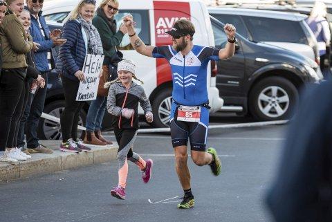 SELSKAP: En av dem fra Risør som aktet å måle krefter med norgeseliten i triathlon var Stein Tore Foss. På innspurten fikk han selskap av datteren de siste meterne.Alle øvrige foto: Bjørn Svensson
