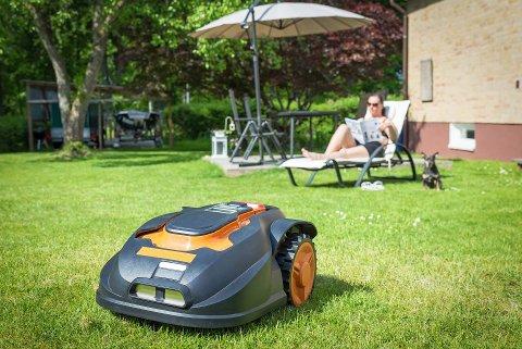 """I sommer melder forsikringsselskap at de har hatt svært mange tilfeller av tyveri med robotgressklippere. Tyvene går inn i hagen midt på lyse dagen mens """"du"""" er på jobb, og napper med seg både robotsau og basestasjon."""