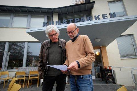 Brevet fra Østre Agder Brannvesen var ukjent for leietakerne i Kunstparken. F.v. Sigurd Lindstøm og leder av husstyret på stedet, Arnfinn Haugen.