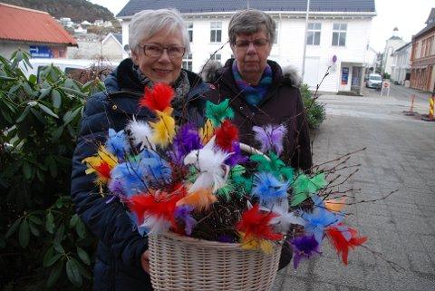300 RIS: Halldis Eie (til venstre) og Berit Blom var ute og bød på ris torsdag. Loga Sanitetsforening har laget opp 300 for salg.