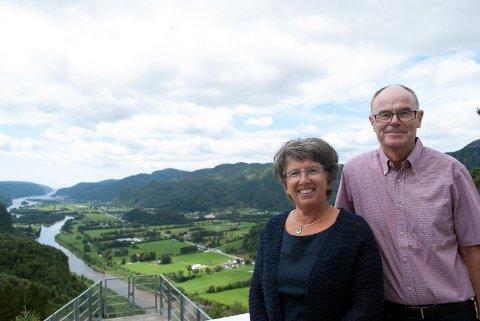 PÅ UTSTIKTEN: Fabrikkeier Oscar Jebsen og hans kone Margit Jebsen kunne  i tillegg til å overrekke gaven, også nyte Utsikten!  Foto: UTSTIKTEN KUNSTSENTER
