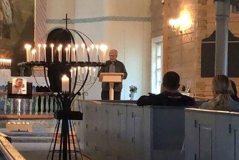 BILDER  I SORG: Pårørende og venner var samlet i Kvinesdal kirke lørdag kveld da man åpnet kirken. Sammen tente man lys, var stille, gråt og omfavnet hverandre i sorgen etter at Eddie Bakken så brått og meningsløst ble revet bort i en motorsykkelulykke fredag kveld.