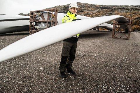 STORE DIMENSJONER: Hvert vindmølleblad er på 55 meter. Rotordiameteren på ferdig turbin blir på 113 meter, viste prosjektleder Arild Fjelldahl i Zephyr under byggingen av Tellenes Vindpark.