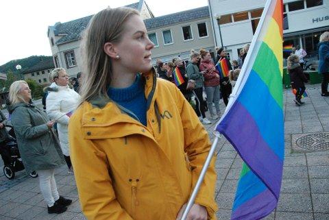 STØTTER PRIDE: Aina Emilie Skåland jobber i Lund kommune, og har ikke noe problem med å heise Pride-flagget.