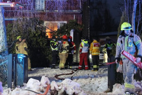 ETTERFORSKES: Politiet holder alle muligheter åpne når de etterforsker brannen på Røa, hvor en kvinne i 60-årene ble funnet død.