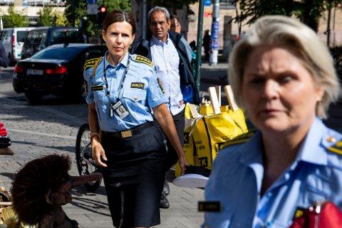 DYRERE: Onsdag varslet Beate Brinch Sand (til venstre), påtaleleder i Oslo politidistrikt, økte bøtesatser for smittevernbrudd. Til sammen har politiet i hovedstad hatt 374 koronarelaterte saker. Her er Sand avbildet sammen med Grete Lien Metlid i forbindelse med en annen sak.