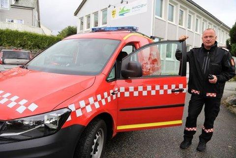 Brannsjef Stein Ove Valdersnes er svært fornøgd med den nye brannbilen.