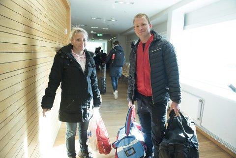 Anne Karin Rehn og Ronny Bay har sikret seg Baileys og snop i taxfree-posene. Stavanger-paret er her på vei av danskebåten for å ta seg en hyggelig helg i Bergen. FOTO: MAGNE TURØY