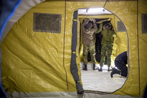 Med hjelp fra Sjøforsvaret har Haukeland sykehus rigger til et koronatelt utenfor akuttmottaket.