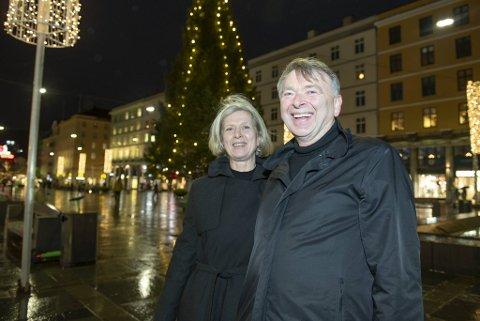 Kjersti Riise (62) og Knut Eimhjellen (68) held humøret oppe sjølv om dei er bekymra for auka smittetrykk når byrådet opphevar dei strengaste smittevernreglane i Bergen. Her er dei på Torgallmenningen.