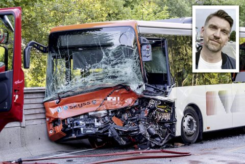 Bussjåføren og den 19 år gamle føraren av personbilen døydde etter kollisjonen på Sørås i Bergen. Fagforeiningsleiar Roger Moum (innfelt) har sendt krav til fylkespolitikarane om busssjåførane sin sikkerheit.