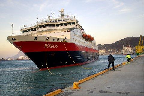 """Hurtigruteskipet """"Nordlys"""" hadde store problemer med å legge til kai i Bodø."""