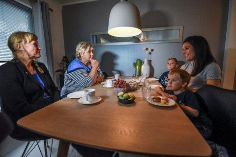 Statsminister Erna Solberg sammen med Høyre-toppen i Bodø Grtehe Fjærvoll hjemme hos bodøkvinnen Silje Bendiksen og hennes barn.