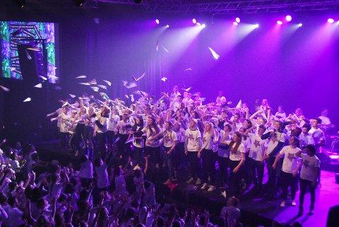Meldinger: Gjennom hele forestillingen delte elever fra ungdomsskolen drømmene og tankene sine med publikum. På slutten ble tankene sendt ut til publikum via papirfly.