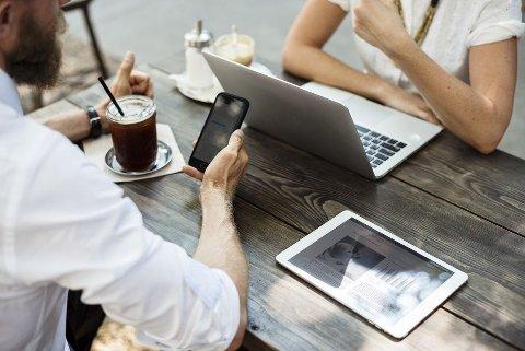Mer enn dobbelt så mange mobiler knuses og blir stjålet i feriemåneden i juli, som i en gjennomsnittlig måned ellers i året, ifølge Frende Forsikring.