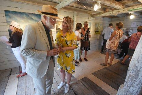 Mye å snakke om: Kunstveteranen Karl Erik Harr og festivalutstiller Annelise Grindheim hadde mye å snakke om etter utstillingsåpningen.
