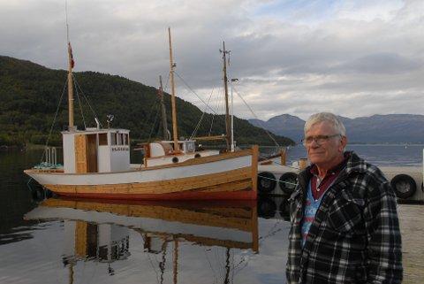 Båten har kommet hjem: Båtbygger Harald Kvalen (66) og kommunebåten Skjerstad. Ett og et halvt år tok restaureringen.