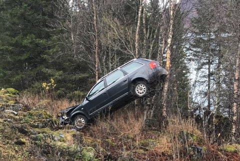 I grøfta: Føreren kjørte ut av veien i morgentimene lørdag.