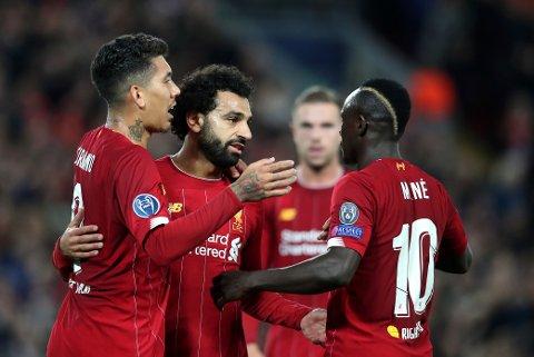 Mohamed Salah (nummer to fra venstre) feirer 3-0-scoringen mot Salzburg sammen med lagkameratene, men den kampen viste at rødtrøyene har trøbbel bakover på banen. Salzburg kom tilbake på 3-3, men Liverpool vant til slutt 4-3. Spiller de på samme måte mot Leicester kan de bli hardere straffet. (AP Photo/Jon Super)