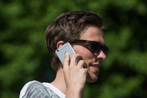 Oslo  20170527. Mobiltelefon blir brukt mye om sommeren, helst med solbriller. Modellklarert. Foto: Vidar Ruud / NTB scanpix
