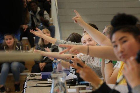Kommunestyrene er dominert av menn i alderen 40 til 60 år. Vi trenger flere unge som kan sette dagsorden, også i kommunestyrene. Bildet er fra en skoledebatt i Bodø tidligere i uka.