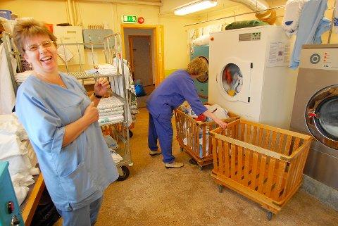 Vaskerijobb: Hilda Egerdahl begynte på vaskeriet på Hamarøy Bygdeheim for 40 år siden. Snart gir hun seg i arbeidslivet.
