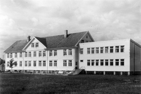 Bildetekst: I 1953 flyttet sykepleierskolen inn i sine egne lokaler her i Rønvikveien 34. Bygget ble revet på 1980-tallet. Foto: Ukjent. Arkiv etter Åge Johansen, Arkiv i Nordland