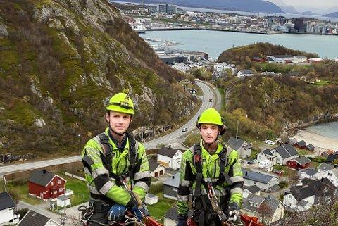 Ingenting å se på utsikten for Tommy Andreas Sjøvoll (t.v.) og Andreas Bendiksen Are i Fjell- og Skredsikring AS når de jobber i fjellskjæringa ovenfor Kvalvika.