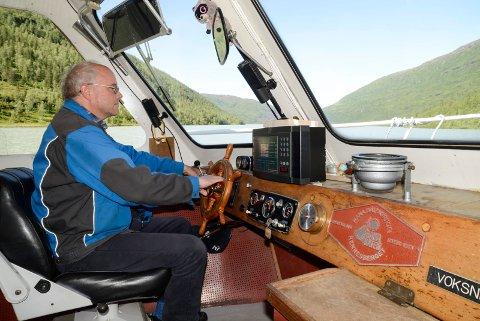 """Nils Lomahaug har i 12 år vært skipper på Svartisvatnet. I år er det stopp, siden det blir alt for kostbart å oppgradere båten """"Svartis 3"""" til nye krav fra Sjøfartsdirektoratet."""