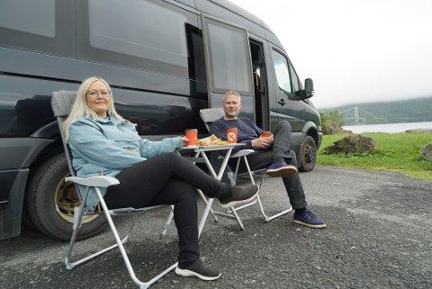 BYGGET BOBIL: Mona Nilsen og Jan Inge Morkemo ville ha en bobil utenom det vanlige, og har bygget om en minibuss. – Nå blir det først en ferietur i lag, før jeg drar ut på valgkampturne, sier Nilsen.