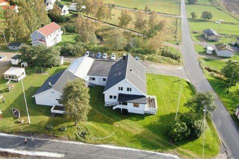 Øvergården 2 inneholder i alt ti leiligheter og hybelleiligheter. Det er allerede flere som har vist interesse for huset i Nordfold.