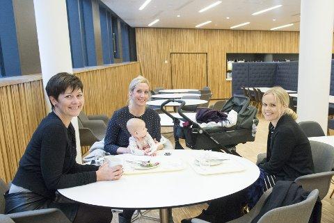Kollegene Birthe Bjørnes (t.v.), Marianne Haukedal, her med datteren Anna (6 mnd) og Nina Stangeland har skikkelig sans for maten i kantinen. De skryter også uhemmet av nybygget som helhet.