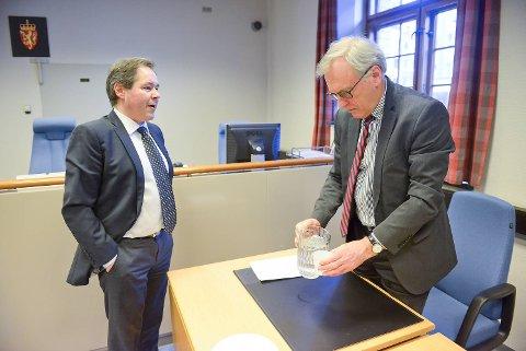 Advokat Christian Børve forsvarte 17-åringen. Her sammen med politiadvokat Anders Johnsen ved Hordaland politidistrikt.