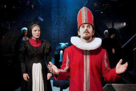 Eirik del Barco Soleglad steppet inn for en syk Frode Rasmussen, og turnerte det godt der han spilte både beruset prest, dansk biskop og David Syngemester.