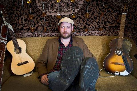 Jørgen Sandvik fra Nordås har bosatt seg på Stord, men reiser jevnlig til Bergen for å jobbe med låter i studio i Havnelageret i Dokken. Her er også basen til Real Ones, som han var med på å starte i 1994.