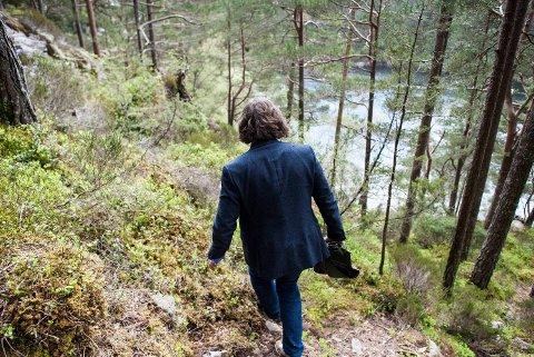 Sigurd Sandmo, direktør for komponisthjemmene ved Kode, tar en snarvei på Lysøen for å komme ned til grotten.