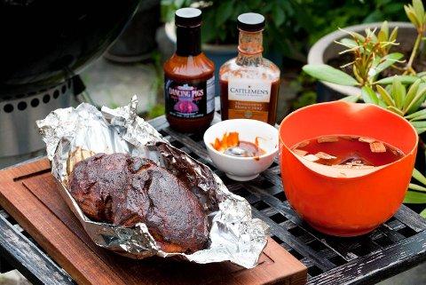 Grillgubbene lager sommerens siste matreportasjer. Det blir pulled pork og grillet kje-side.