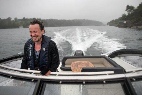 Ole Reinert Berg-Olsen har bosatt seg nær sjøen og liker å dra ut med båten i skjærgården ved Halhjem. Med 250 hestekrefter kan det også gå fort unna for artisten og festivalsjefen.