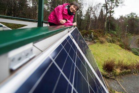Simona Petronscini viser frem det vesle solcelleanlegget hun har i hjemmet sitt i Blomsterdalen.