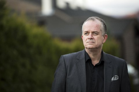 Advokat Vegard Austgulen forsvarer det suspemderte politimannen. Han advarer nå mot sexnoveller på nettet.