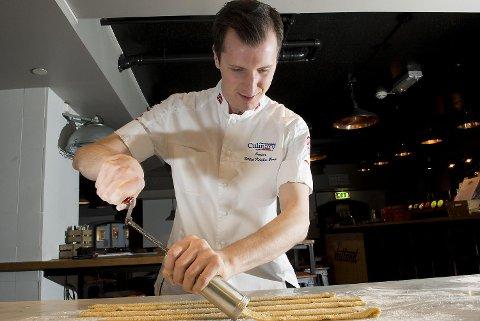 Fillip Klæboe Berg var med på det norske juniorlandslaget som sikret seg flere gull under OL i kokkekunst i Tyskland i høst. Nå deler 23-åringen fra Åsane familiens oppskrifter på de gode julekakene.