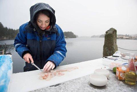 Med fersk fisk levert fra båtene lager Ragnhild Børven suppe utenfor Nordhordland Fiskemottak i Bøvågen.