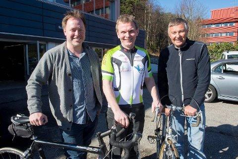 Leder for dagens Bergen-Voss, Nils Olaf Solberg (til venstre) sammen med Arild Halland (i midten),                  som har deltatt 37 ganger, samt Svein Olaf Hansen som for 40 år siden fikk ideen til å lage et mosjonsritt på sykkel fra Bergen til Voss.